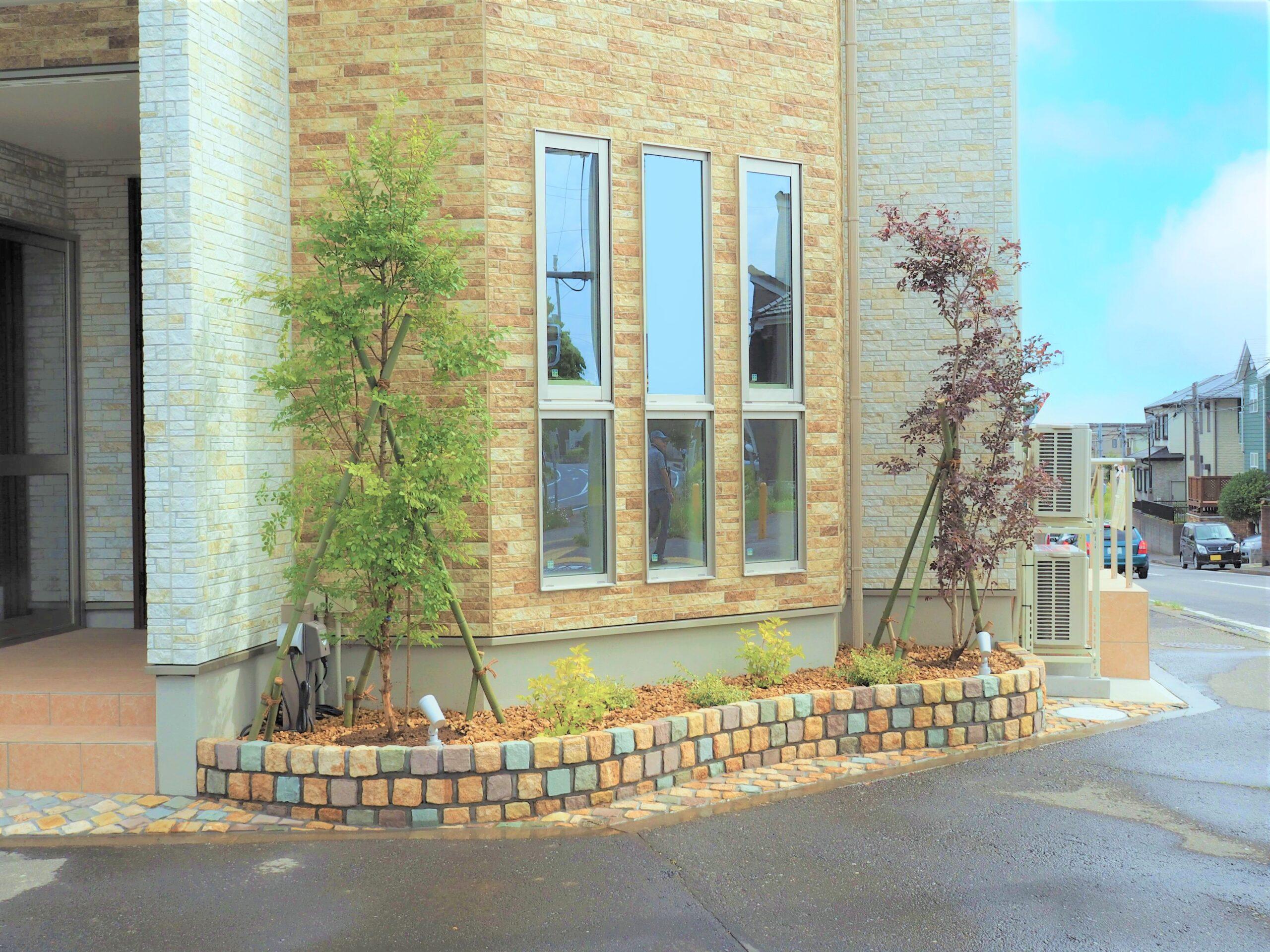 【守谷市 I様邸】 インパクトのあるピンコロ花壇が可愛らしい印象を与える新築外構