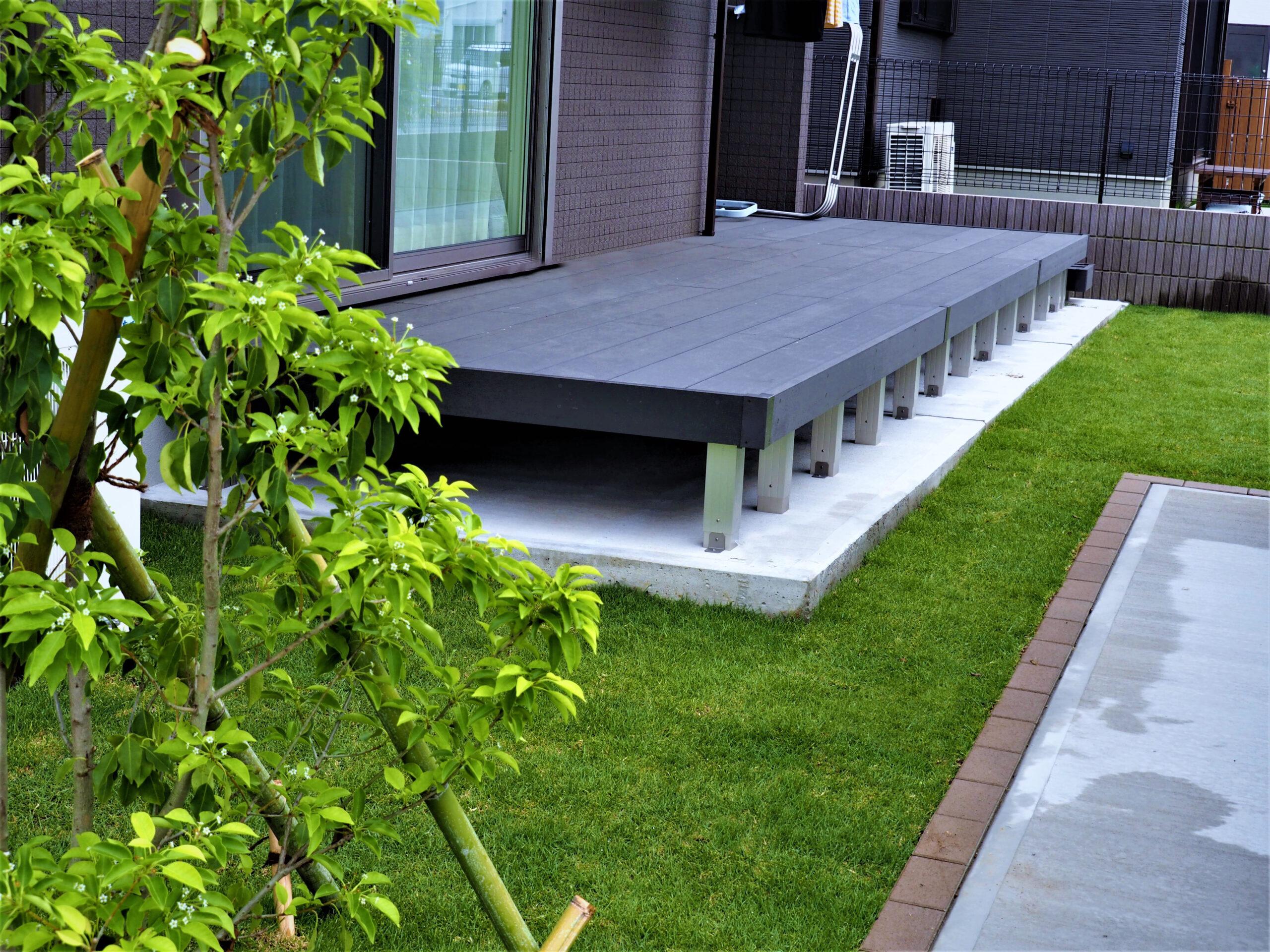【つくば市 S様邸】 天然芝の緑とウッドデッキのシックな色合いとのコントラストが美しいエクステリア