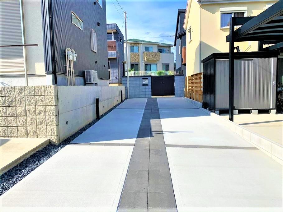 【取手市 O様邸】旗竿地の駐車スペース、エントランスへと導く力強いインターロッキングラインが印象的なエクステリア