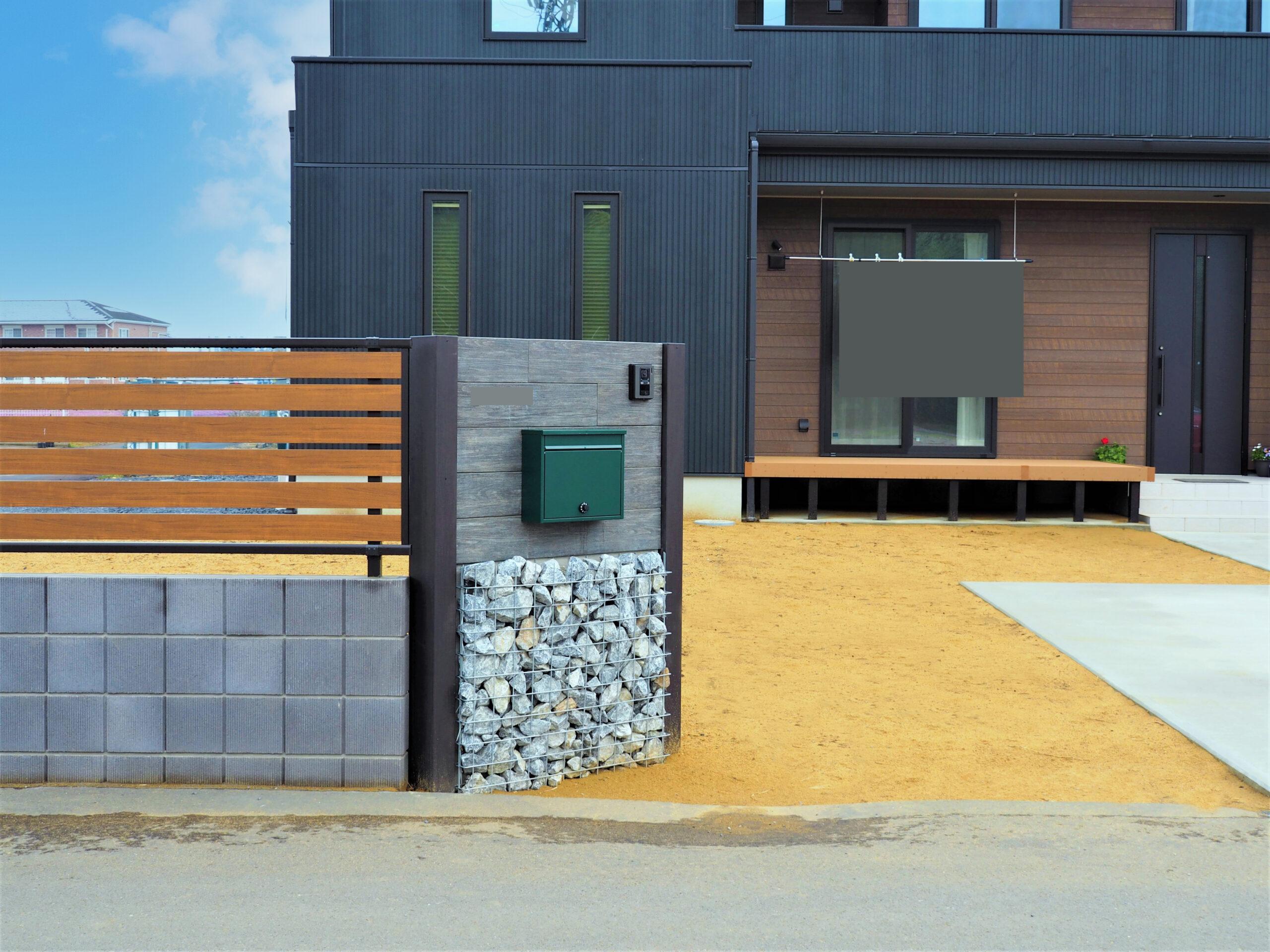 【土浦市 N様邸】 ガビオンと自然石をあしらった門袖と、ガルバリウム鋼板の建物外壁が調和するエクステリア