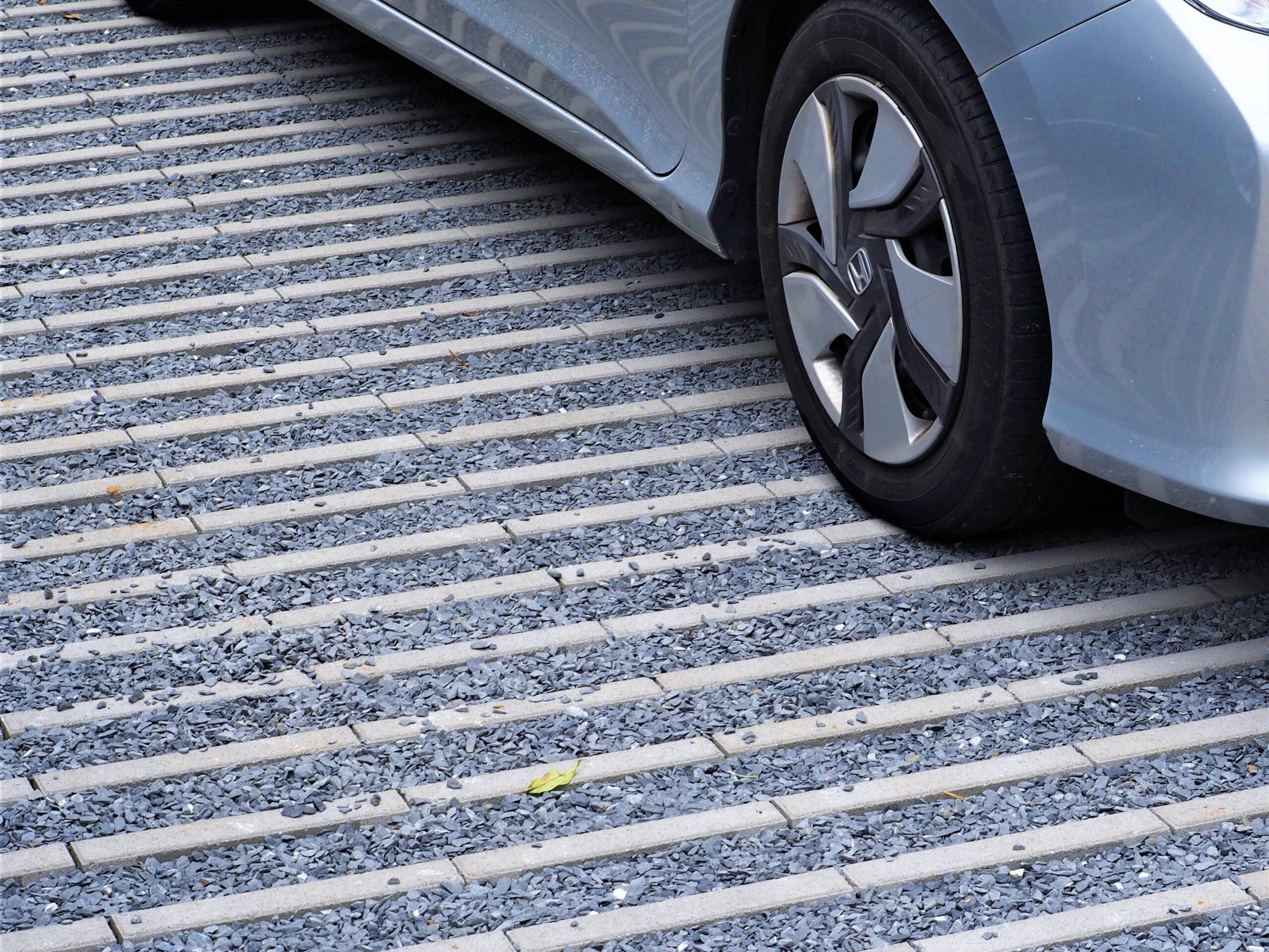 【牛久市 M様邸】 ボーダーラインが際立つ駐車スペースが印象的なエクステリア