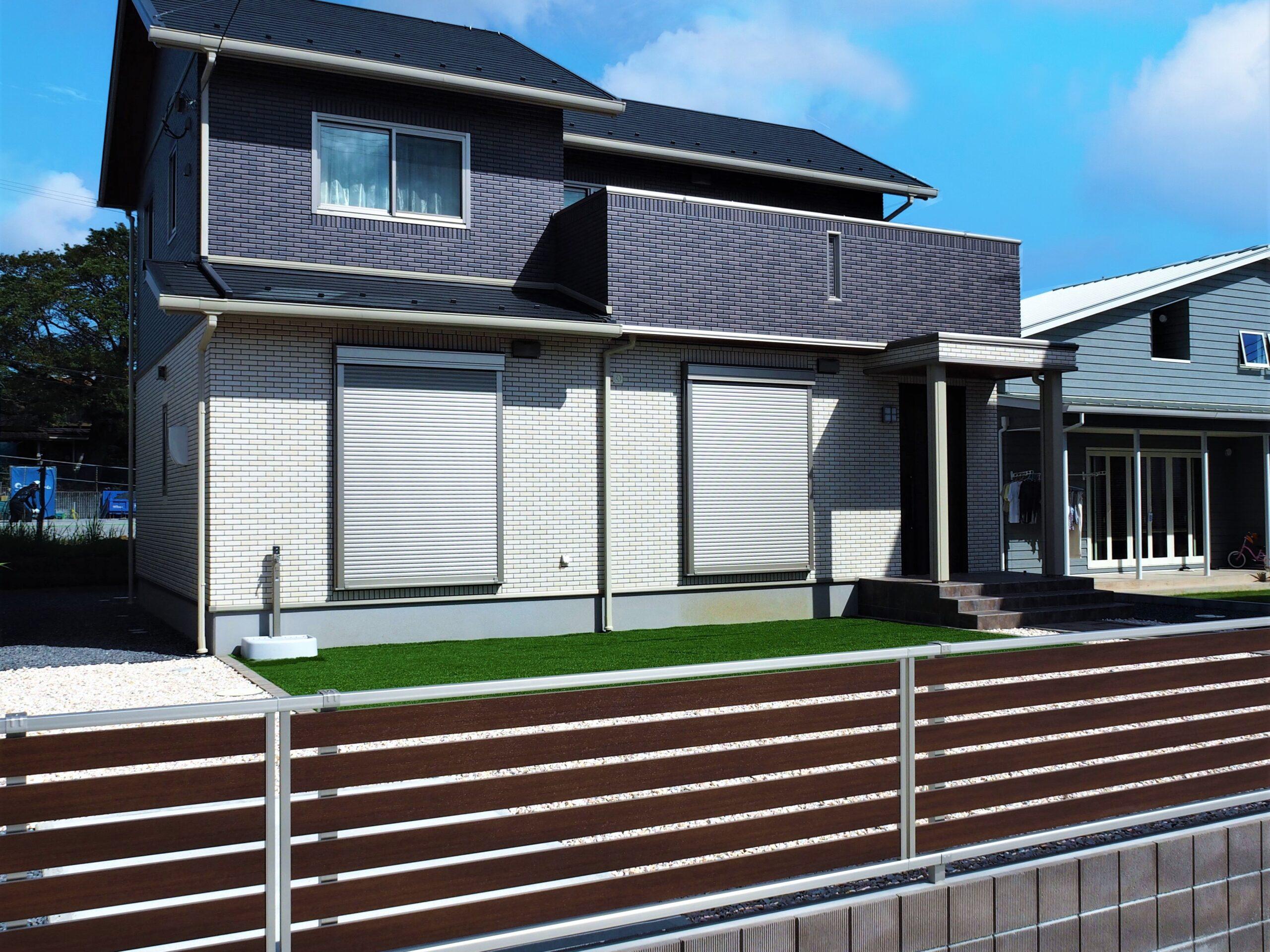 【つくば市 Y様邸】 広々とした敷地に広がる人工芝が目に鮮やかなエクステリア