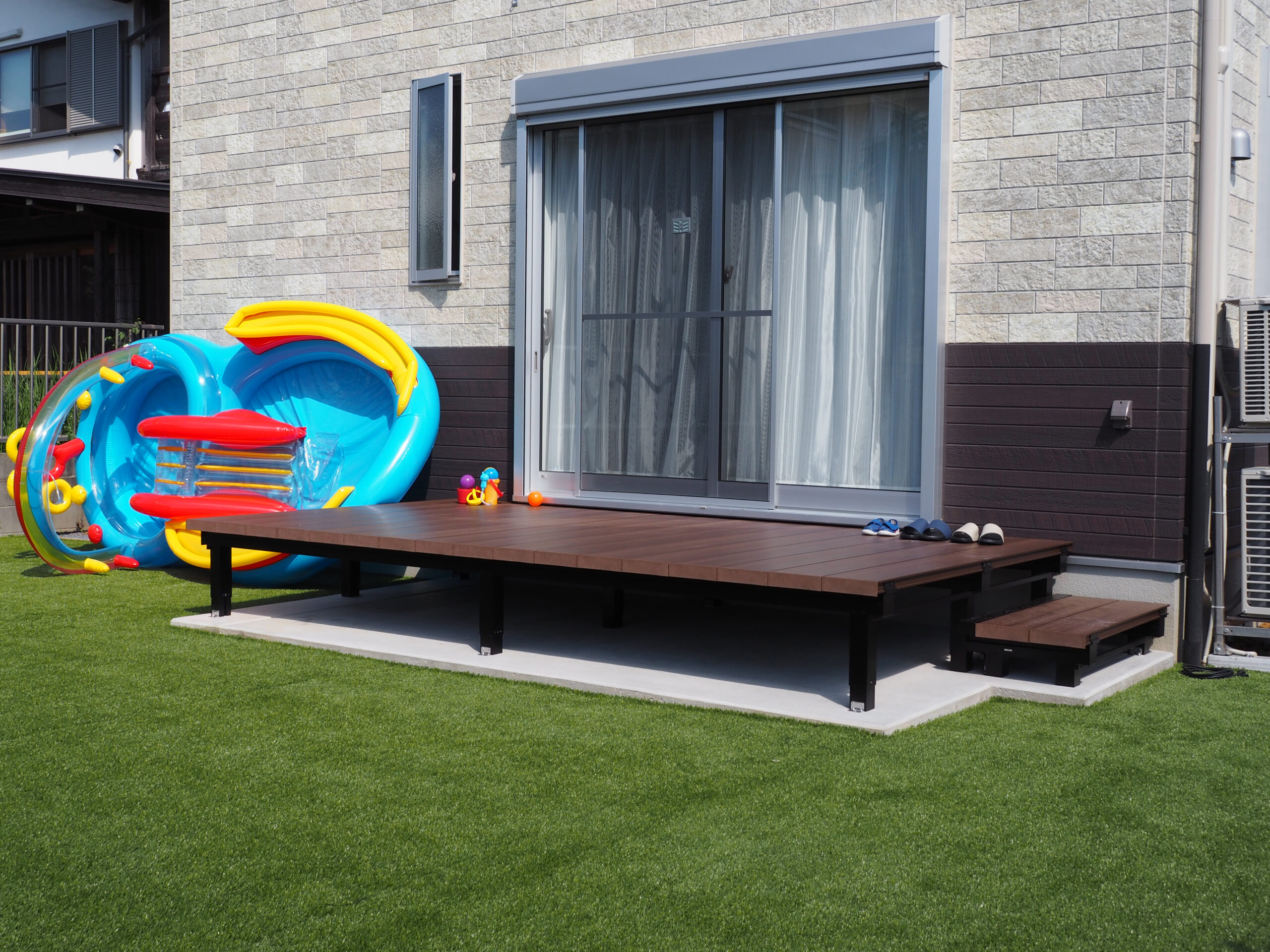 【牛久市 T様邸】 人工芝とウッドデッキの広々としたお庭で家族の団欒を楽しむエクステリア