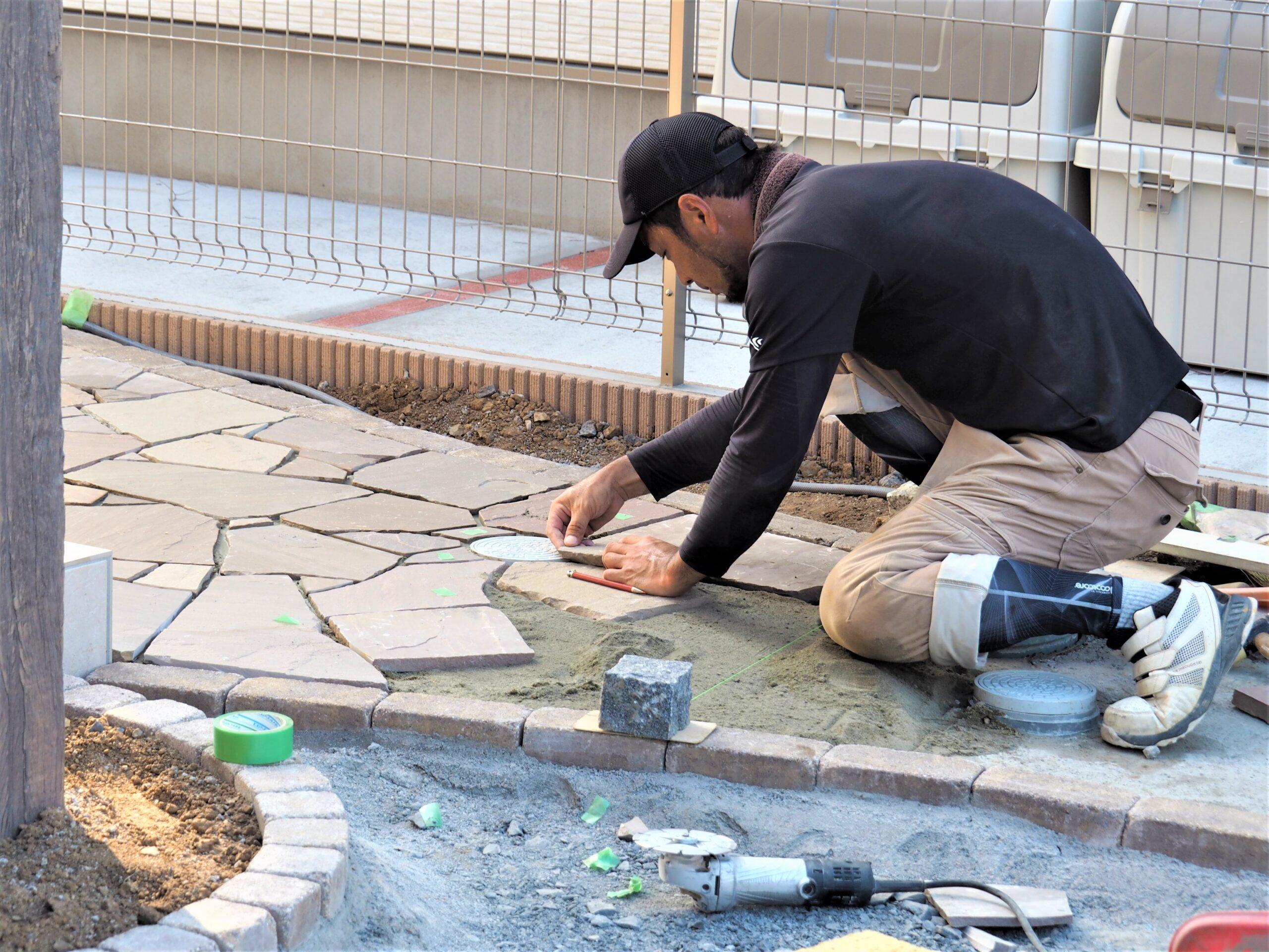つくば市・G様邸、自然石の乱張り工事が進んでいます!