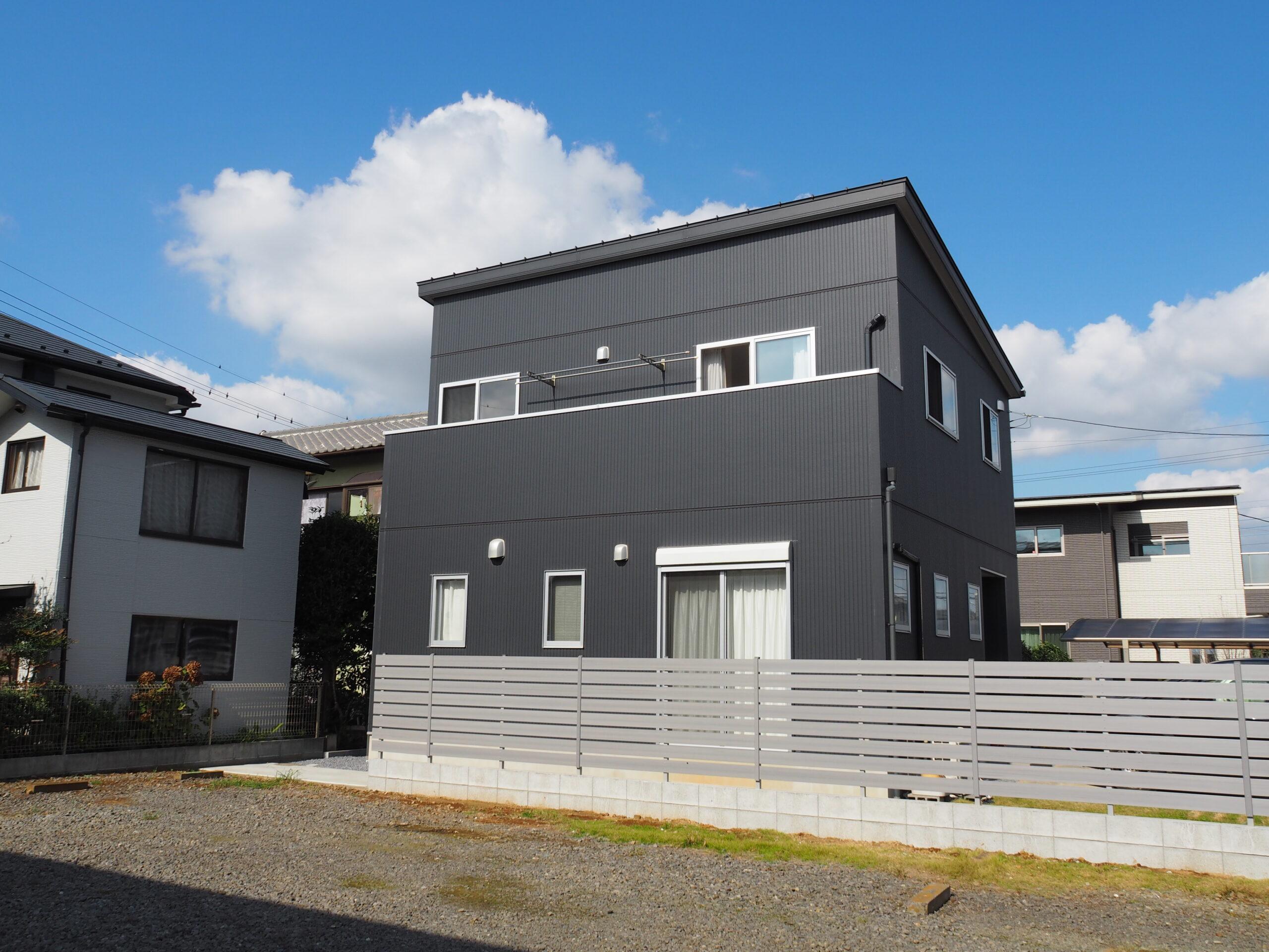 【牛久市 Y様邸】モダンなガルバリウム鋼板の外壁に映える目隠しフェンス設置工事